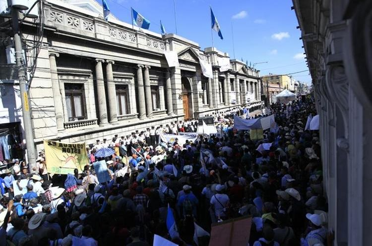 Frente al Congreso sobre la novena avenida ya se encuentran apostados los campesinos de CODECA.