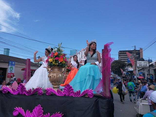 Colorido y belleza en el desfile de carrozas. (Foto Prensa Libre: Fred Rivera)
