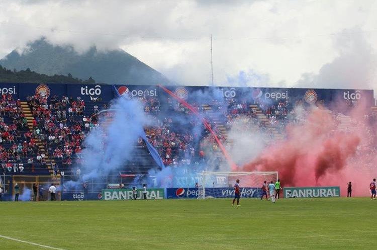 Los aficionados quetzaltecos disfrutaron del triunfo de los chivos. (Foto Prensa Libre: Carlos Ventura)