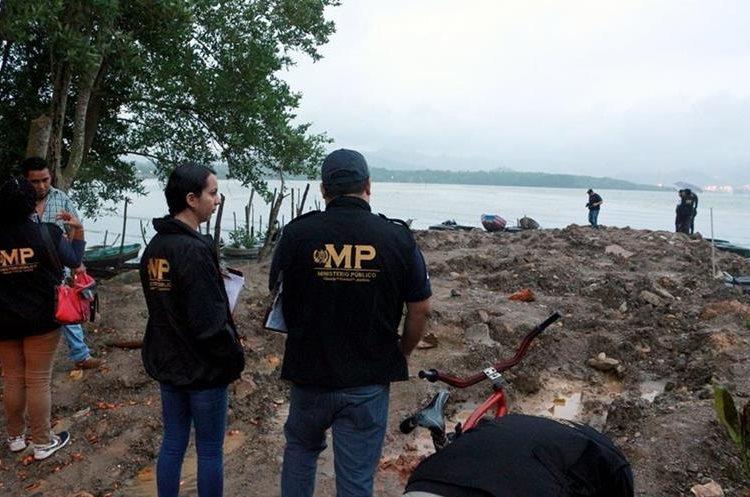 Peritos del Ministerio Público trabajan en el lugar donde fue llevado el cuerpo sin vida de Claudia Duarte. (Foto Prensa Libre: Dony Stewart)