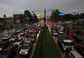 El pago del Bono 14 y la lluvia, entre otros factores, agudizan el tráfico.
