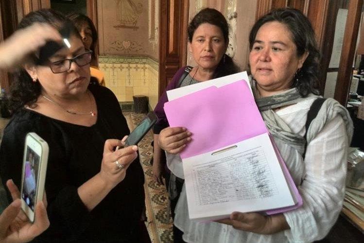 El sector de mujeres presentó firmas de ciudadanos que piden atrasar las elecciones. (Foto Prensa Libre: Estuardo Paredes)