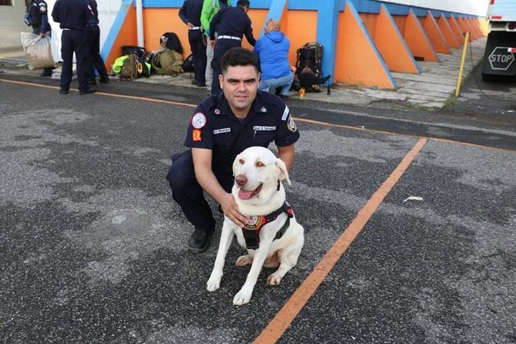 El equipo de bomberos tuvo que ir a México sin la compañía de Drago. (Foto Prensa Libre: Bomberos Municipales)