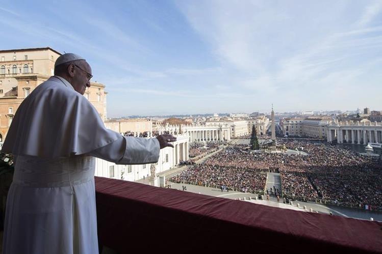 El Papa dirige su mensaje de Navidad al mundo ante fieles en la Plaza de San Pedro, el Vaticano. (EFE)