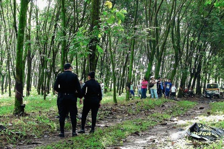 Autoridades resguardan el lugar donde fueron localizados los dos cadáveres, en Cuyotenango, Suchitepéquez. (Foto Prensa Libre: Melvin Popá)