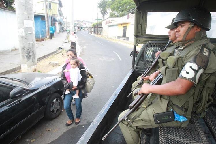 Soldados efectúan patrullajes en colonia Limón, zona 18. (Foto Prensa Libre: Hemeroteca PL)