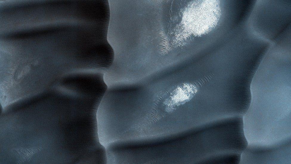 Estas dunas de arena están hechas de un tipo de mineral sulfatado llamado yeso. Con frecuencia se puede formar de la evaporación de agua que tiene sulfuro y calcio en ella. NASA