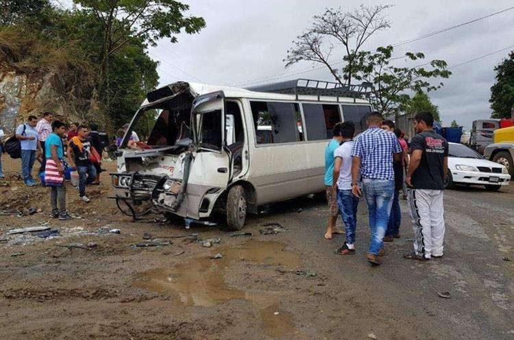Los automotores quedaron severamente dañados. (Foto Prensa Libre: Dony Stewart).