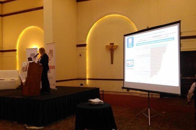 Carmen Salguero, gerente de la APN, presenta los resultados del monitoreo a las acciones de la Ventana de los Mil Díaz. (Foto Prensa Libre: Geovanni Contreras)