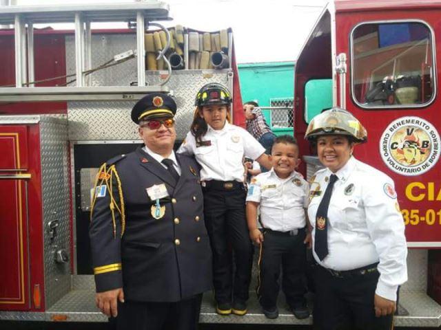 Alejandra Villegas, junto a su esposo e hijos. Desde hace 15 años es bombera.(Foto Prensa Libre: Cortesía Alejandra Villegas)