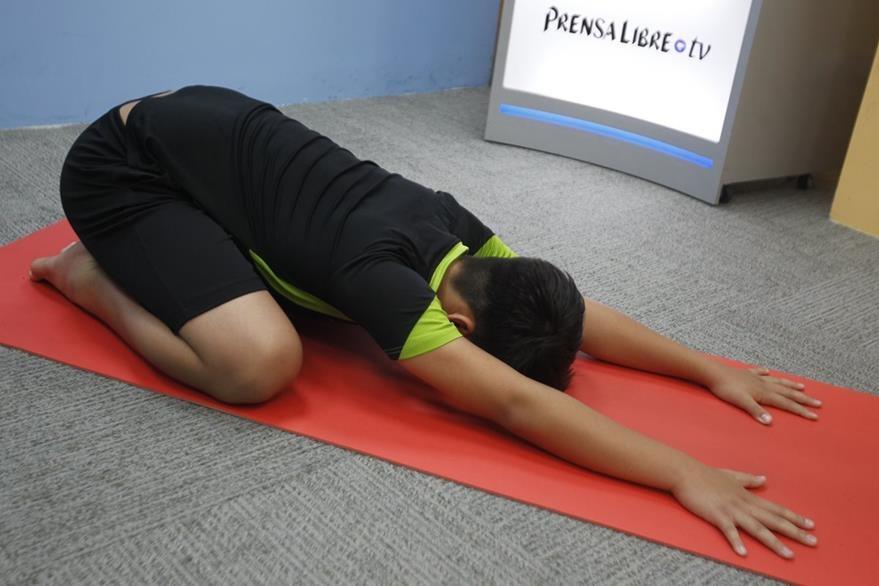 La postura del niño es una de las más básicas en el yoga. Aunque es considerada una posición de descanso, el cuerpo y la mente se activan y entran en conexión.