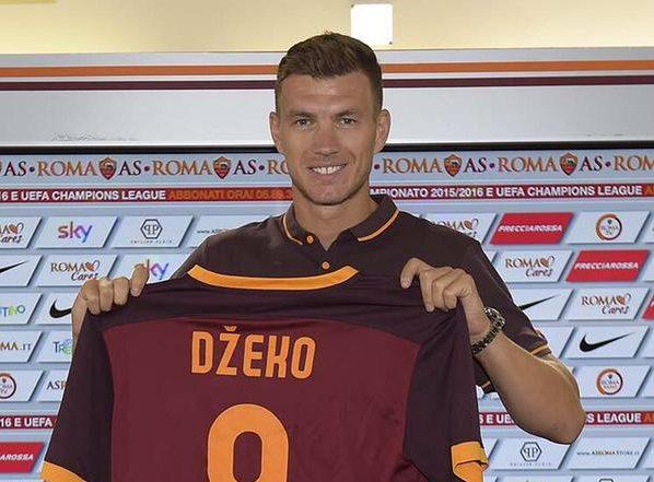 Edin Dzeko en su presentación oficial con el AS Roma. (Foto Prensa Libre: Twitter AS Roma)