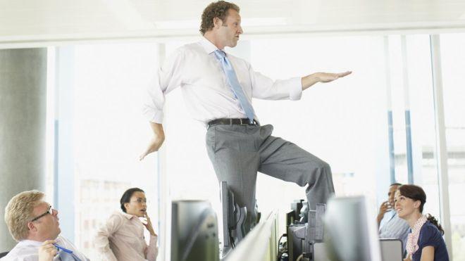 Ten cuidado en no creerte el sabelotodo cuando estés en tu nuevo puesto. (GETTY IMAGES)
