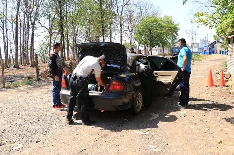 Agentes de la PNC revisan cada vehículo que llega a la cárcel El Infiernito. (Foto Prensa Libre: Enrique Paredes)