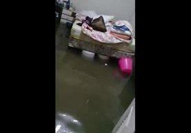 Inundación en una de las viviendas en la zona 6 de Chinautla. Foto Prensa Libre: Cortesía.