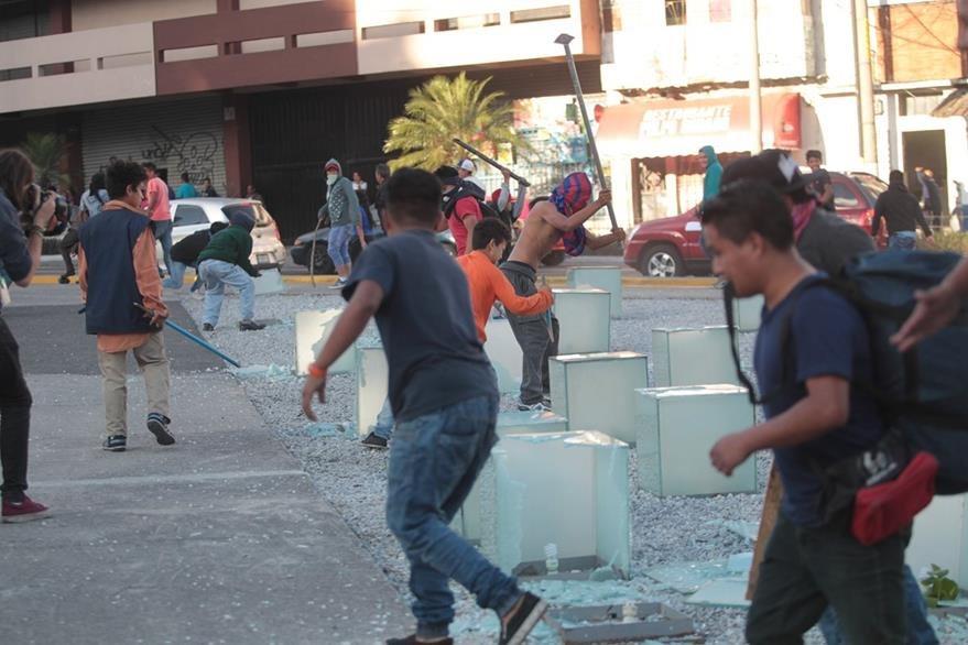 Vándalos destruyen cajas de vidrio que se ubican cerca del edificio municipal. (Foto Prensa Libre: Érick Ávila)