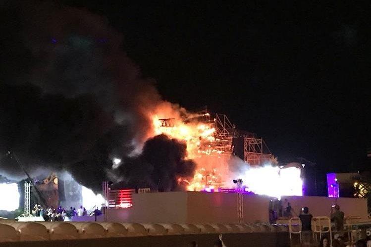 A las 22.15 horas de Barcelona se registró el incendio que calcinó una cuarta parte del escenario principal del festival Tomorrowland. (Foto Prensa Lirbe: @AyerdiX).