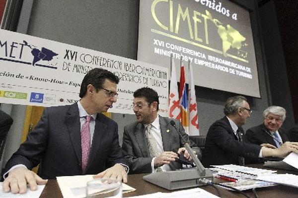 <p>El ministro español de Industria, Energía y Turismo, José Manuel Soria (i), y varios empresarios durante la inauguración de la XVI Conferencia Iberoamericana de Ministros y Empresarios de Turismo, que se desarrolla en Madrid, España.</p>
