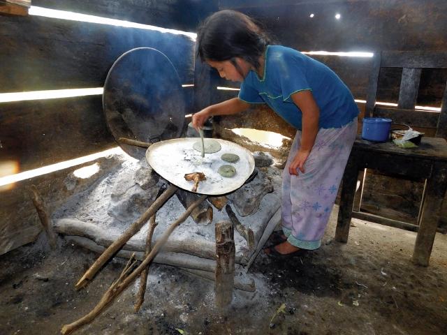 Una pequeña de 9 años es la encargada de cocinar y atender las necesidades de su hogar. Su familia es el claro reflejo de la pobreza en la que viven en Uspantán, Quiché. (Foto Prensa Libre: Óscar Figueroa)