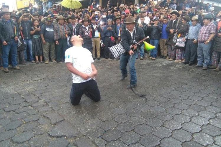 Edilberto López fue juzgado y azotado por los líderes comunitarios. (Foto: Hemeroteca PL)