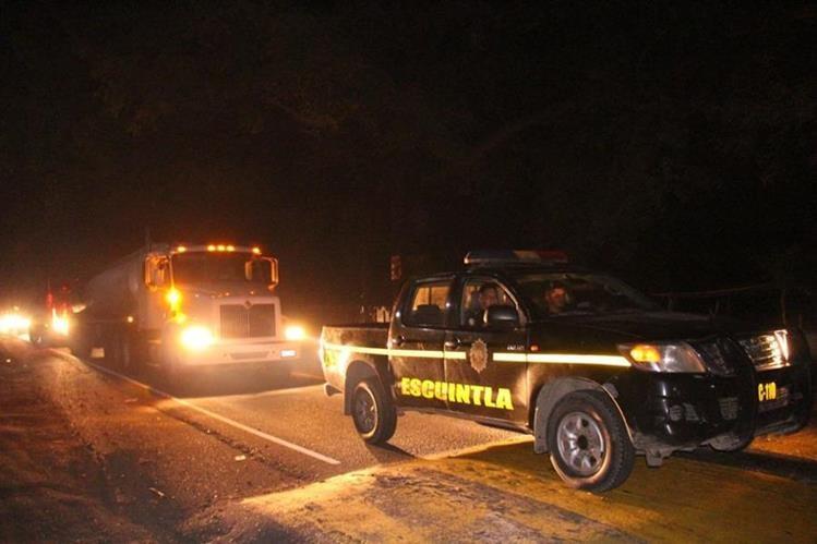 Agentes de la PNC coordinan el paso de decenas de cisternas con combustible desde Escuintla hacia la capital. (Foto Prensa Libre: PNC)