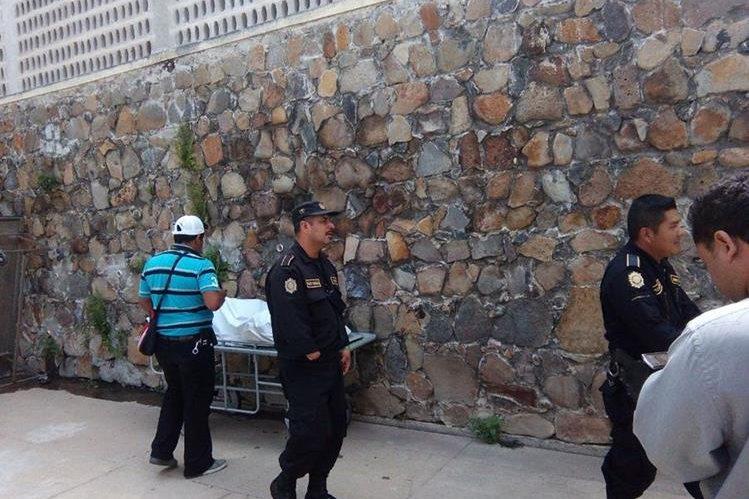 Agentes de la PNC resguardan el lugar donde permanece el cadáver de un hombre, en la morgue de Jalapa. (Foto Prensa Libre: Hugo Oliva).