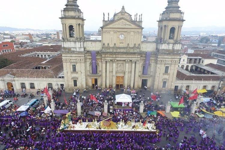 Procesión de Jesús de los Milagros, iglesia de San José a su paso frente a Catedral (Foto: dron Jesús en Guatemala)