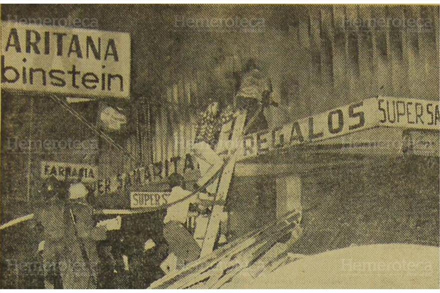 Bomberos y particulares,  tratan de controlar el incendio que se inicio en el almacen La Samaritana. Foto del 20/12/1969. (Foto: Hemeroteca PL)