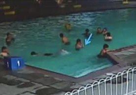 Video grabó el ingreso de Alexánder Aldana y sus compañeros en la piscina del Liceo Javier. (Imagen: MP)