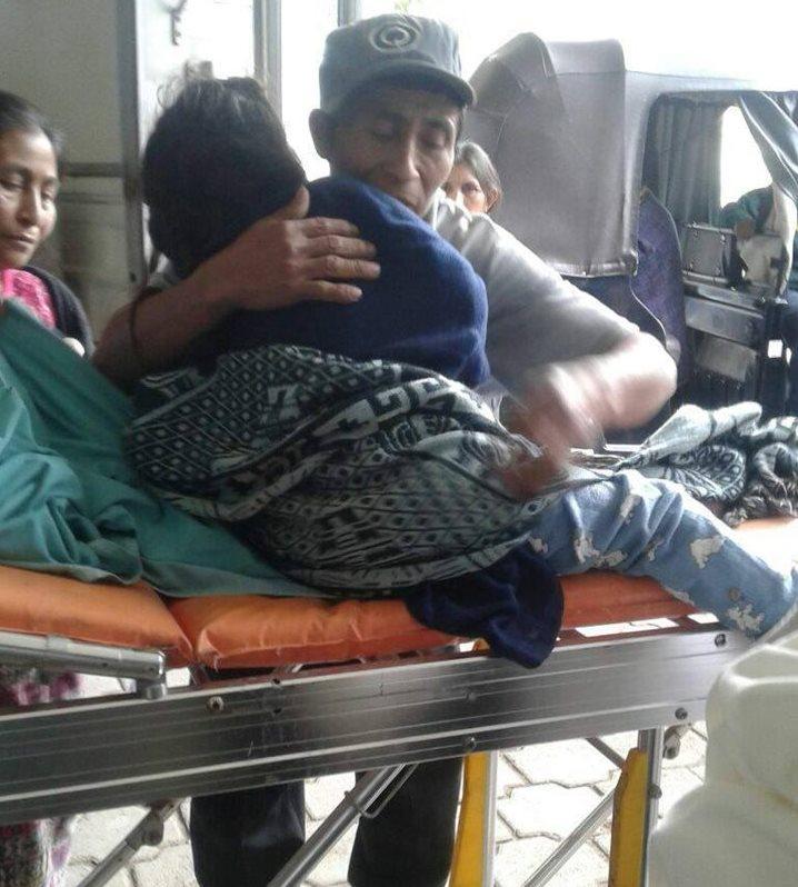 Los padres de Flora la sacan de la ambulancia y el hospital pese a las complicaciones de salud. Su traslado lo efectuaron en un mototaxi. (Foto Prensa Libre: Cortesía)