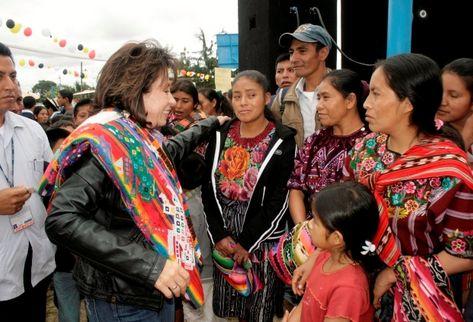 La esposa del presidente Álvaro Colom, Sandra Torres, saluda a pobladores de Quiché, en Chichicastenango. (Foto Prensa Libre: Óscar Figueroa)
