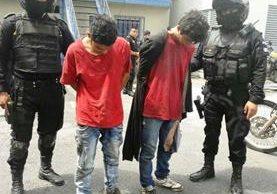 Dos detenidos por la PNC acusados de intentar robar una motocicleta. (Foto Prensa Libre: PNC)