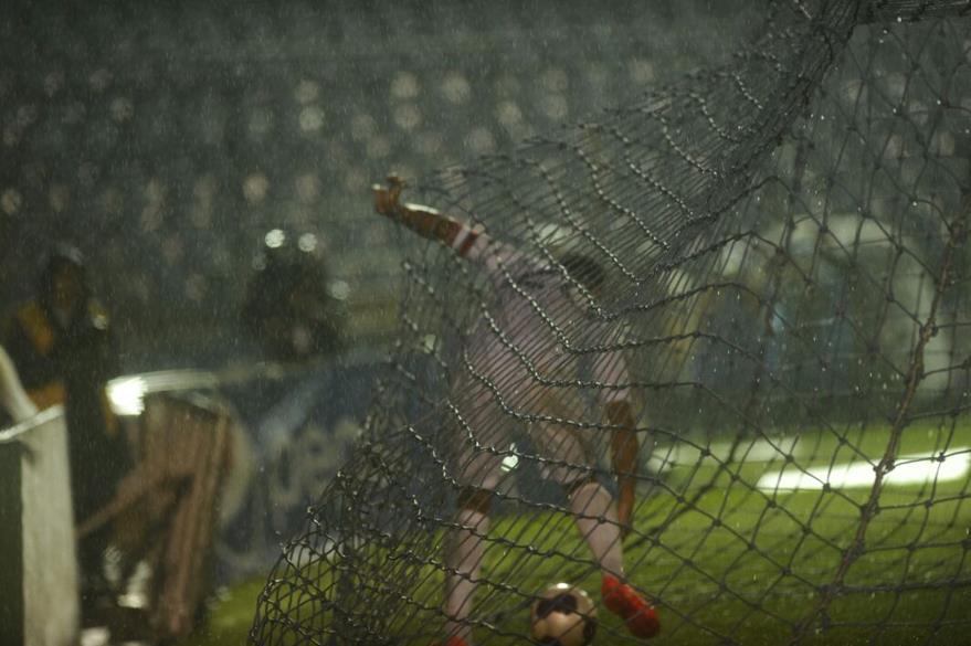 """Carlos anotó una """"manita"""" de goles esta noche contra San Vicente. (Foto Prensa Libre: Francisco Sánchez)"""