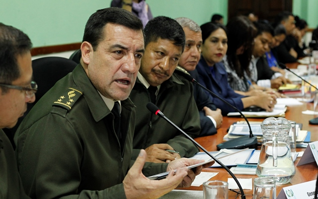 Williams Mansilla conversa con diputados este viernes en el Congreso. (Foto Prensa Libre: Paulo Raquec)