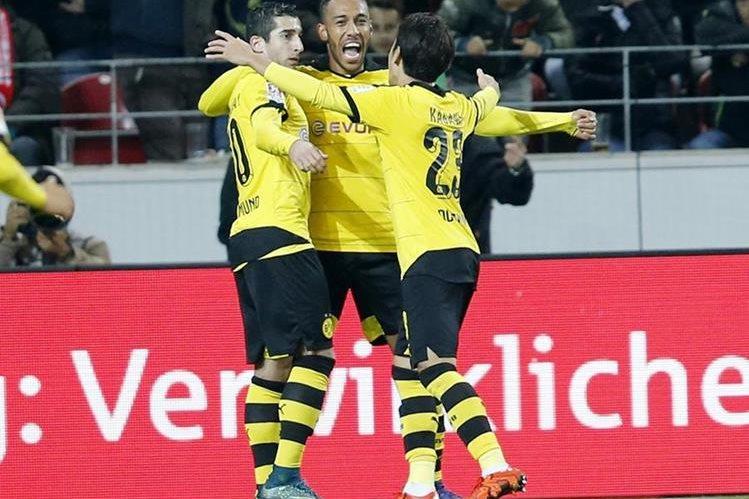 Borussia Dortmund celebra el triunfo en condición de visitante con el Maguncia. (Foto Prensa Libre: AP)