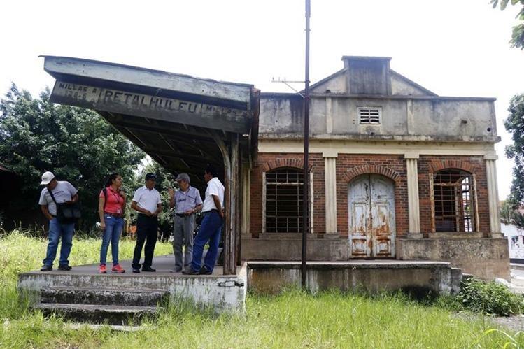 Integrantes del Grupo Gestor de Retalhuleu verifican estado de la antigua estación de tren. (Foto Prensa Libre: Rolando Miranda)