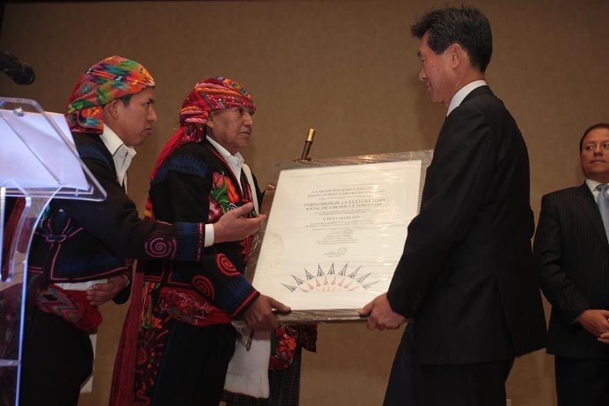 Tomás Calvo Mateo, entrega reconocimiento a Choo Yeon Gon, embajador de Corea en Guatemala. (Foto Prensa Libre: Edwin Castro)