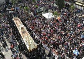 La imagen de la parroquia Nuestra Señora de los Remedios El Calvario, es la primera en hacer su recorrido. (Foto Prensa Libre: Óscar Rivas)