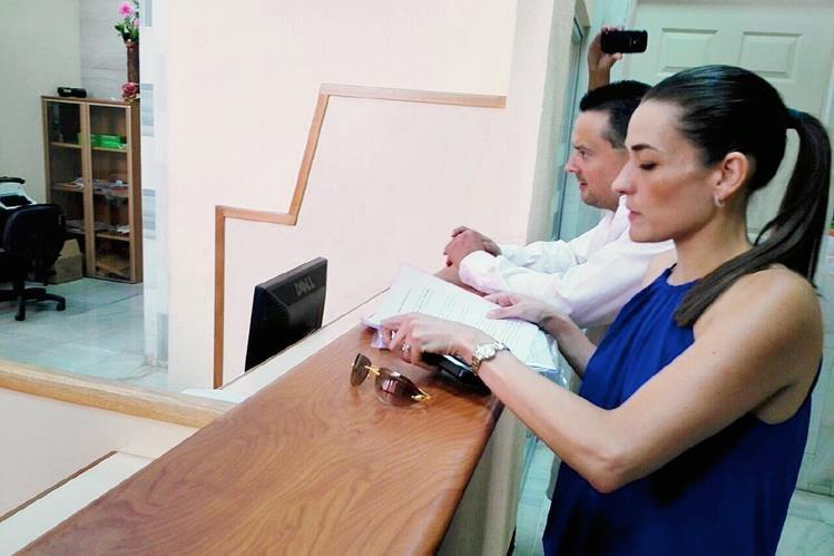 La abogada Ana Lucía Alejos Botrán en la Torre de Tribunales. (Foto Prensa Libre: Edwin Bercián).