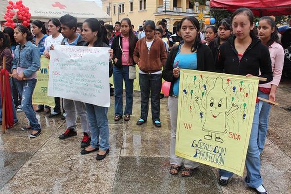 """<p>Jóvenes, mujeres y hombres portaron carteles para promover la prevención y tratamiento del sida, en Cobán. (Foto Prensa Libre: Eduardo Sam Chun)<br _mce_bogus=""""1""""></p>"""