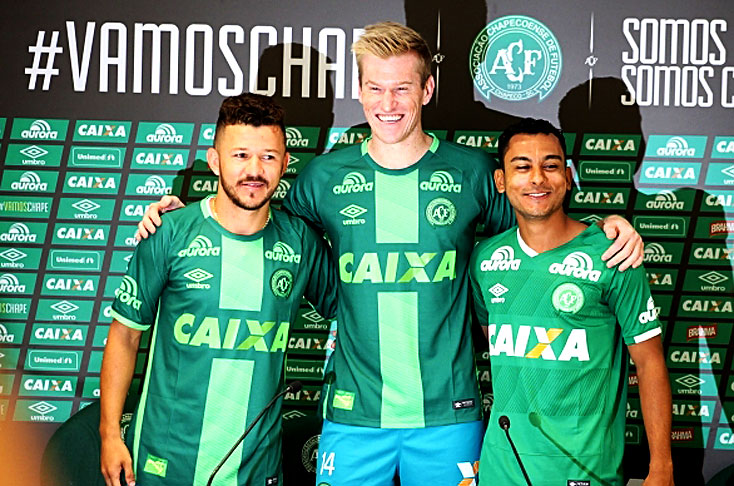 Douglas Grolli, el mediocampista Nadson y el atacante Rossi fueron presentados como nuevos jugadores del Chapecoense brasileño (Foto Prensa Libre: tomada de El País)