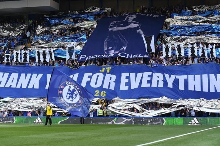 Los seguidores del Chelsea rindieron tributo John Terry. (Foto Prensa Libre: EFE)