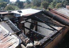Incendio destruyó techo de vivienda donde estaban los menores, en Sololá. (Foto Prensa Libre: Ángel Julajuj).