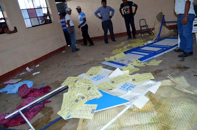Varios centros educativos fueron dañados durante las elecciones generales celebradas el pasado 6 de septiembre. (Foto Prensa Libre: Hemeroteca PL)