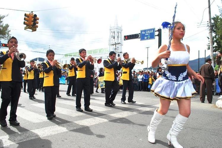 cuatro desfiles se tienen programado durante la feria, pero el del 15 de Septiembre es llevado a cabo por estudiantes de secundaria.