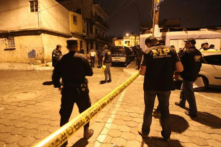 En la colonia La Verbena zona 7 de la capital, desconocidos mataron a balazos a tres hombres. (Foto Prensa Libre: Érick Ávila)