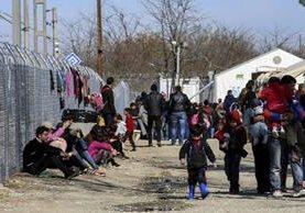 Inmigranters descansan en un campamento cerca de la frontera entre Grecia y Macedonia.