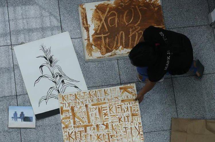 El artista visual prepara las más de 10 obras que expondrá en la galería de arte que se desarrollará del 22 de febrero al 14 de marzo en Brasil. (Foto Prensa Libre: Esbin García)