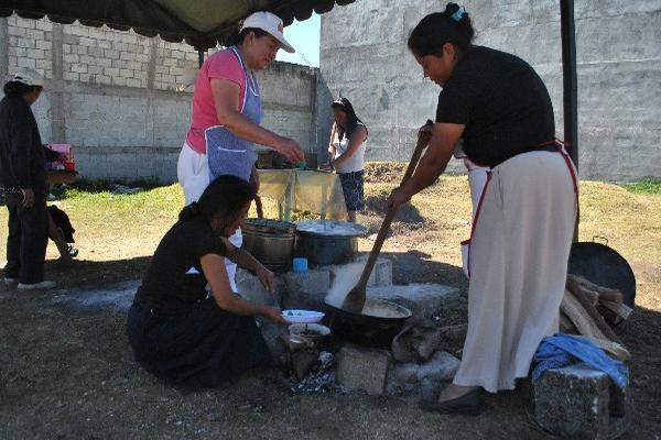 Voluntarias preparan alimentos a la intemperie   en albergues de San Marcos.