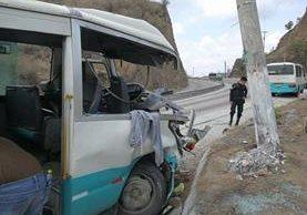 Autobús involucrado en accidente en ruta al Atlántico quedó destruido. (Foto Prensa Libre: Estuardo Paredes)
